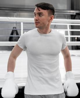 Боксерский спортсмен в футболке-макете