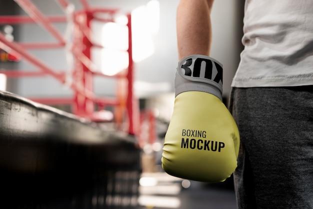 訓練するためにモックアップ手袋を着用しているボクシング選手