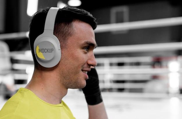 Atleta di boxe che indossa un auricolare mock-up