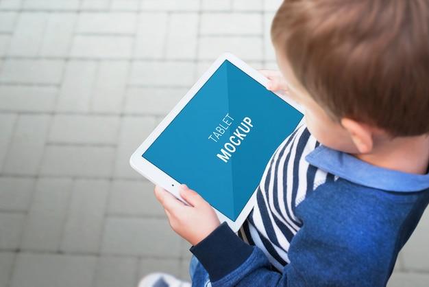 도시 거리에 태블릿 이랑 소년