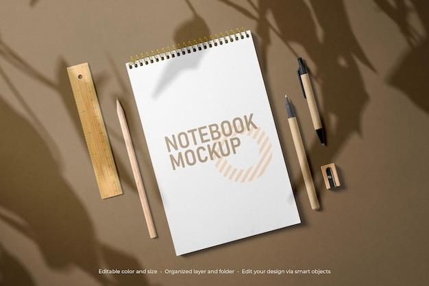 文房具ノートと封筒のモックアップのブランディング