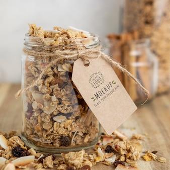 Disposizione di cereali per la colazione con tag mock-up