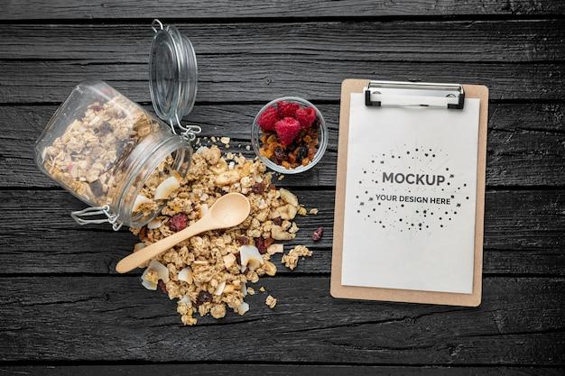 クリップボードのモックアップ付きの朝食用シリアル