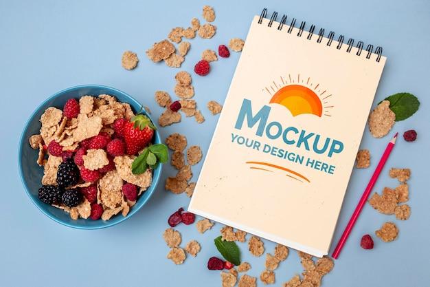 Cereali da colazione con mock-up di blocco note