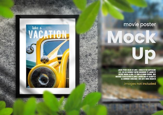 Яркий макет фоторамки наружной рекламы с листовой накладкой на бетонной стене