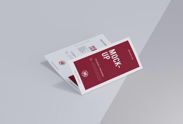 白で隔離のパンフレットのモックアップ