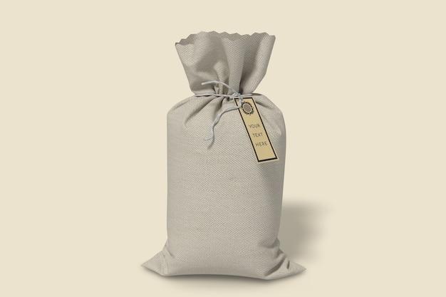正面図にラベルタグのモックアップが付いた黄麻布の袋