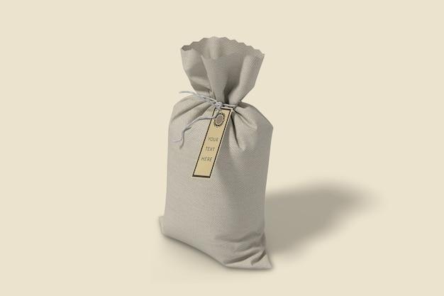ハイアングルビューのラベルタグモックアップ付き黄麻布袋