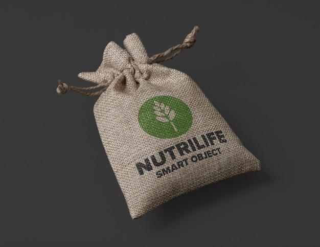 ロゴのモックアップデザインの黄麻布の袋