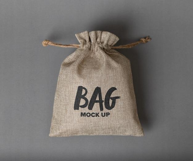 ロゴのモックアップが分離された黄麻布の袋