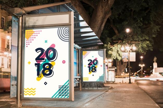 Макет рекламного щита автобусной остановки в городе ночью