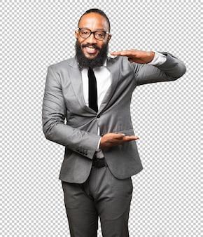 製品を示すビジネス黒人男性