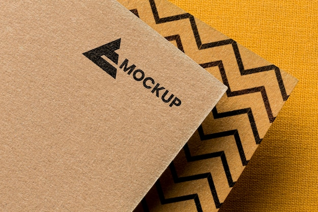 Marchio aziendale sulla composizione del modello di carta