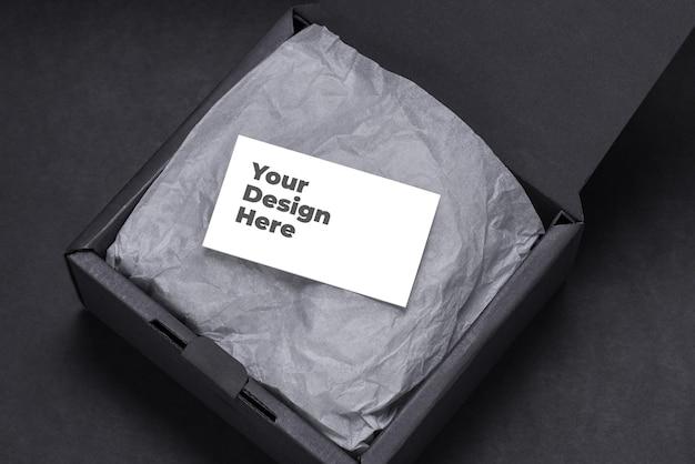 Визитная карточка внутри макета черной подарочной коробки