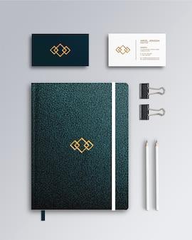 Визитная карточка и кожаный макет ноутбука