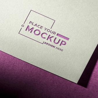 紫色の背景に名刺のモックアップ