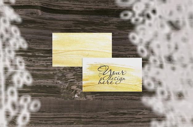 Визитная карточка макет, изолированных на дереве