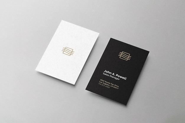 Макет визитной карточки, лежащий на поверхности