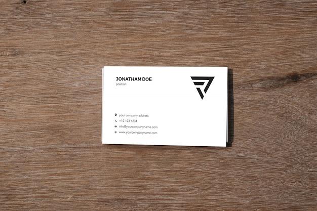 木製のテーブルの名刺モックアップ