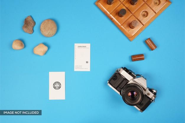 カメラ、木製ゲーム、石付きの名刺モックアップ Premium Psd