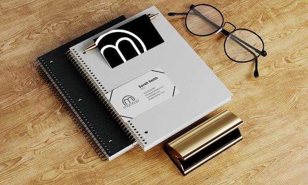 펜 안경과 메모장이있는 명함 모형