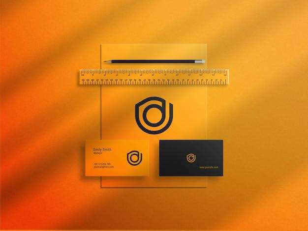 Визитная карточка на фирменном бланке с канцелярским элементом