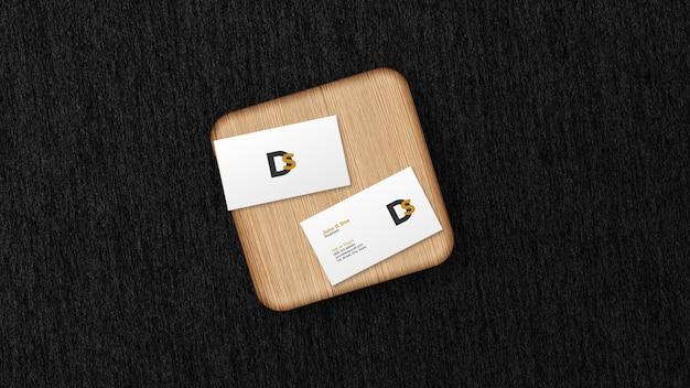 Визитная карточка на деревянной доске макет изолированные