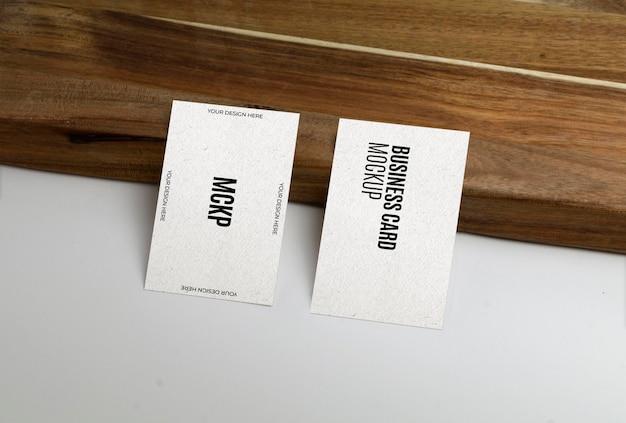 木の表面のモックアップ上の名刺