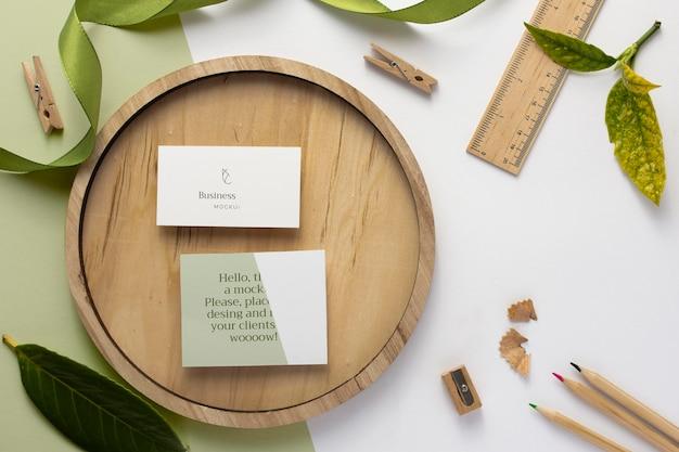 Визитные карточки на деревянной доске вид сверху