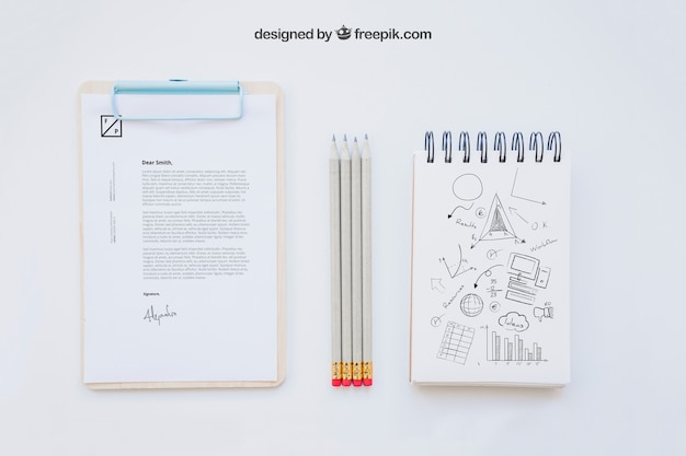 クリップボード、鉛筆、ノートブックでビジネスコンポジション
