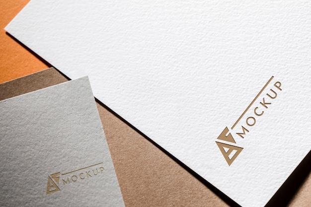 織り目加工のペーパー上のビジネスモックアップカード