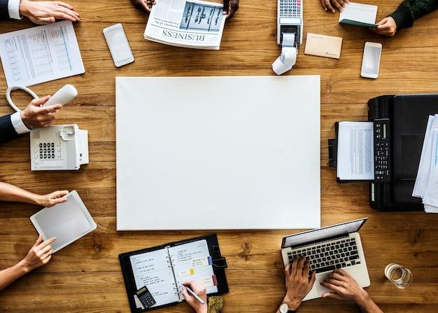 ビジネスの人々は、ラップトップのアジェンダプリンタを使用して作業