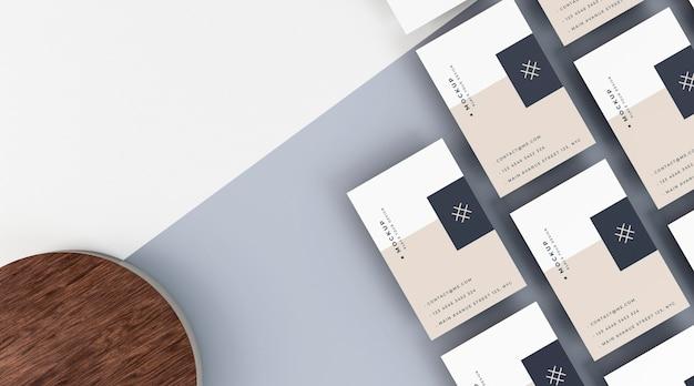 Макет бизнес-канцелярских товаров, вид сверху и деревянная доска