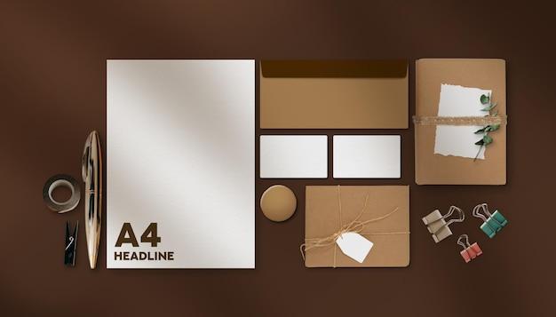 ビジネスステーショナリーモックアップヴィンテージブラウンカラー&アレンジメント上面図