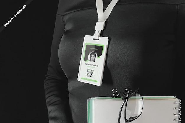 首のモックアップの周りにidカードを身に着けているビジネスウーマン
