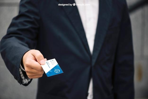 Бизнесмен, давая макет визитной карточки
