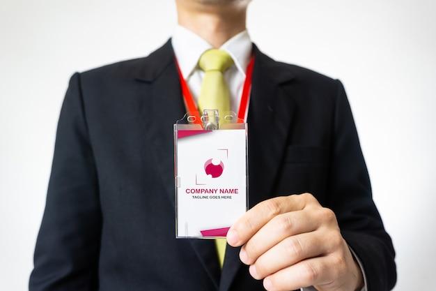 Бизнесмен держит макет удостоверения личности