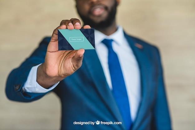 Бизнесмен, показывая визитную карточку