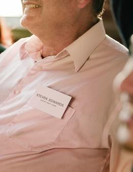 카드 모형으로 회의에 앉아 있는 사업가