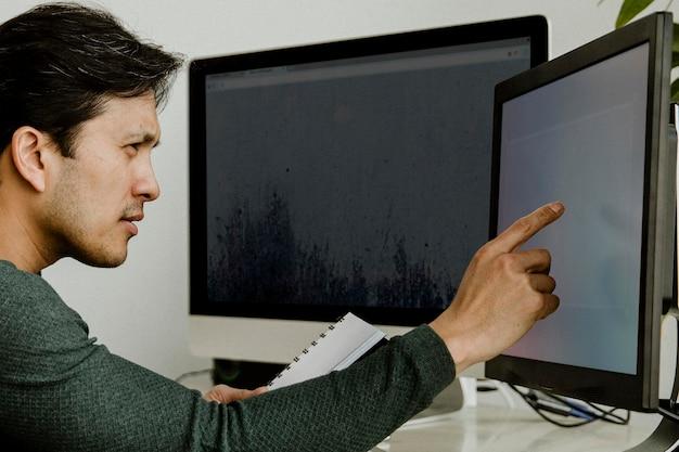 컴퓨터 화면 모형에서 작업하는 사업가