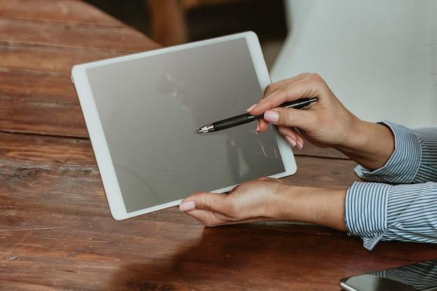 Предприниматель, опираясь на макет планшета