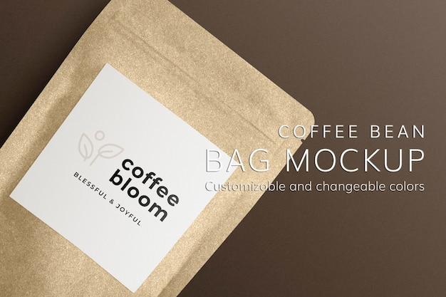 Макет кафе psd с мешочком для кофейных зерен и бумажным стаканчиком