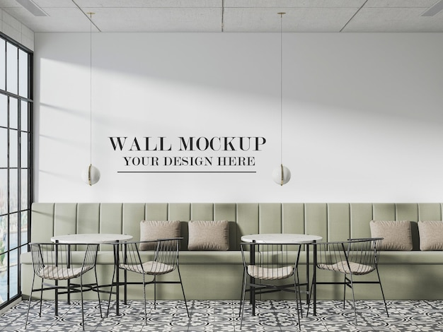 긴 소파 뒤에 있는 카페 벽 모형