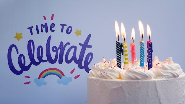 誕生日を祝うためにキャンドルでケーキ