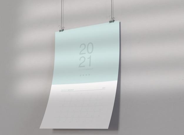 壁に掛かっているカレンダーのモックアップ