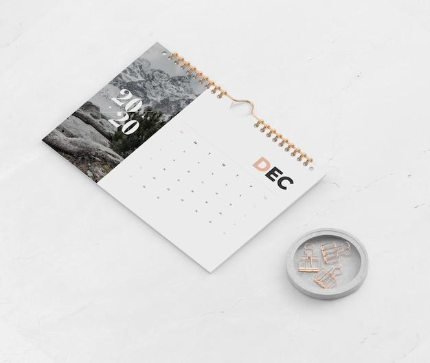 Calendario messo insieme sul collegamento a spirale del libro