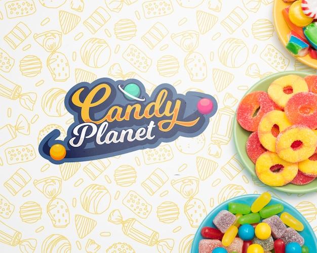 Планета конфет и тарелки, наполненные конфетами