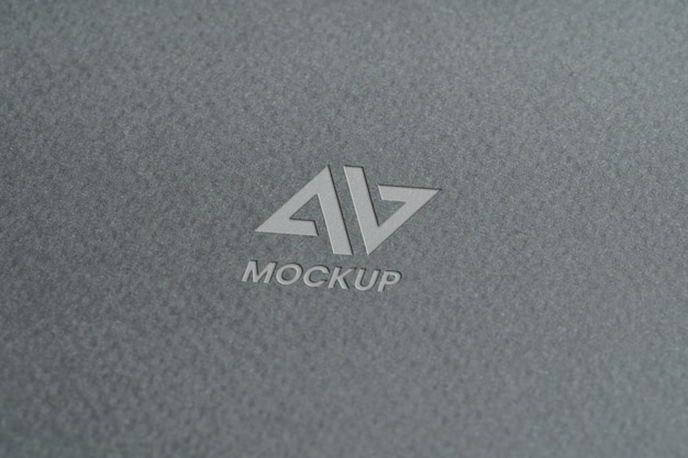 Lettera maiuscola mock-up logo design su carta grigia minimalista
