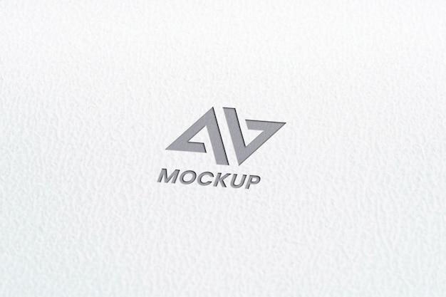 ミニマリストの白い紙に大文字のモックアップロゴデザイン