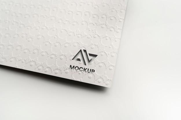 大文字のモックアップロゴデザイン